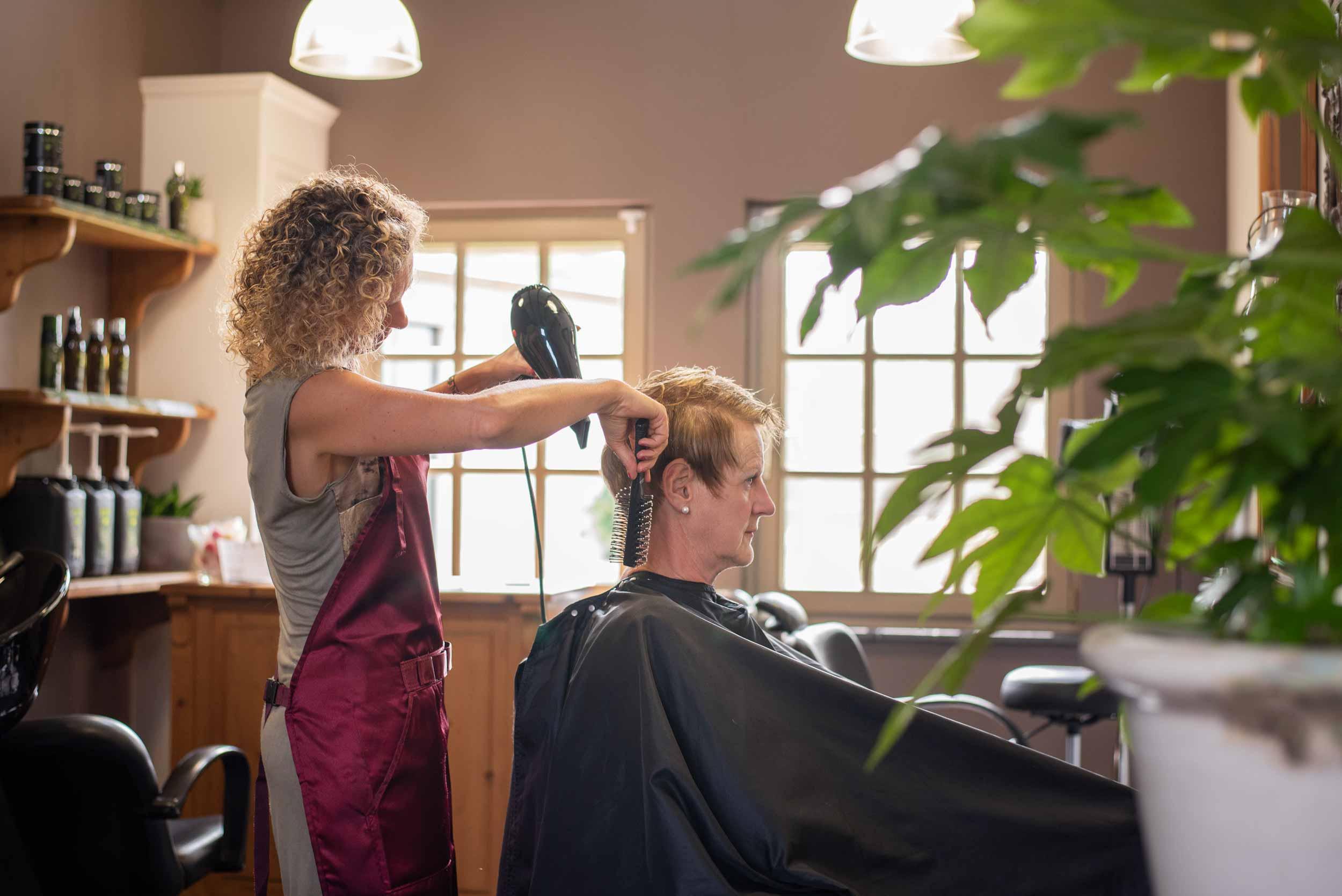 Het haar brushen bij Haarstudio Sindy