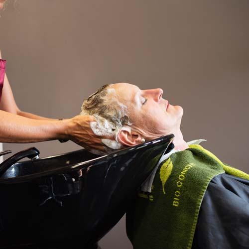 Het haar wassen van een klant in Haarstudio Sindy
